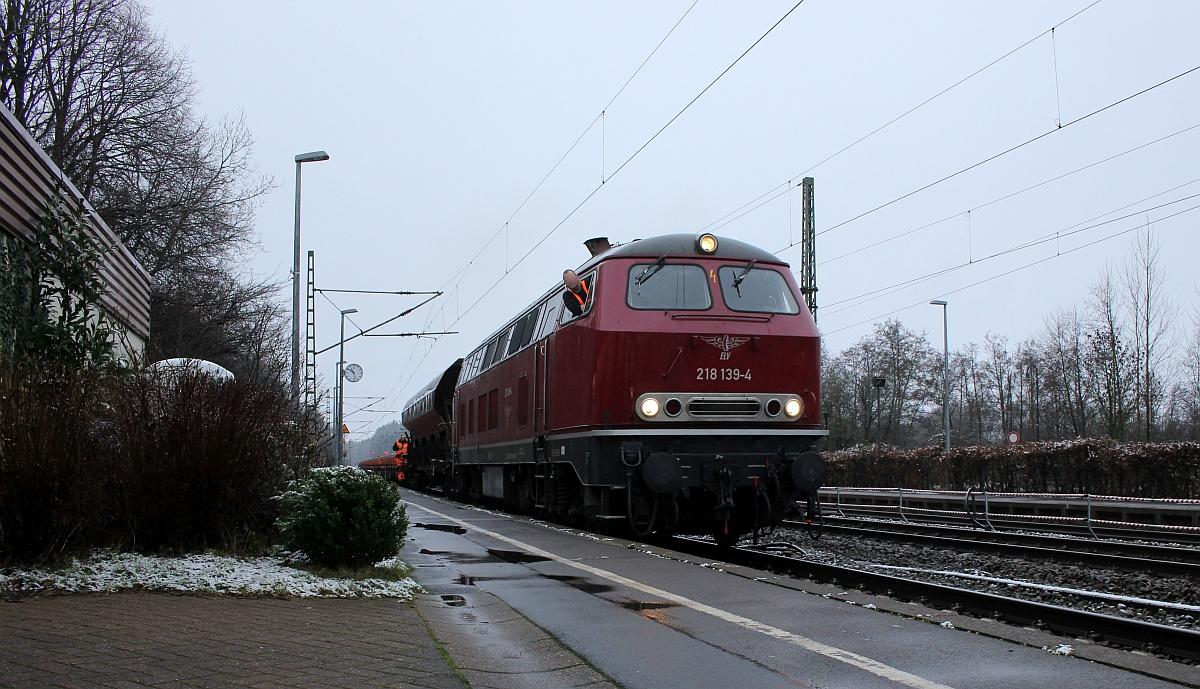 Kniefall vor der ELV 218 139 in Owschlag. 29.12.2020